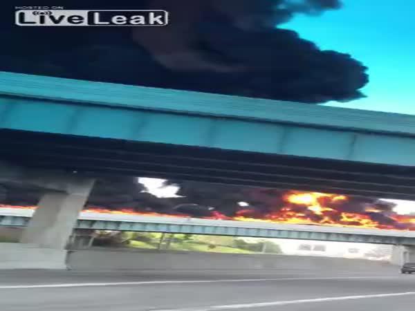 Detroit - Silnice v plamenech