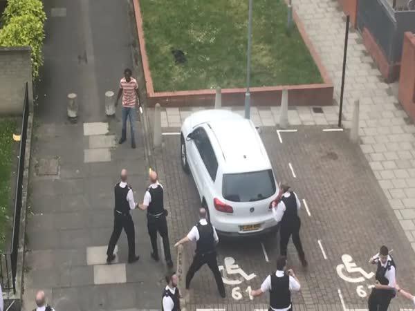 Londýn - 20 policistů vs. 1 magor