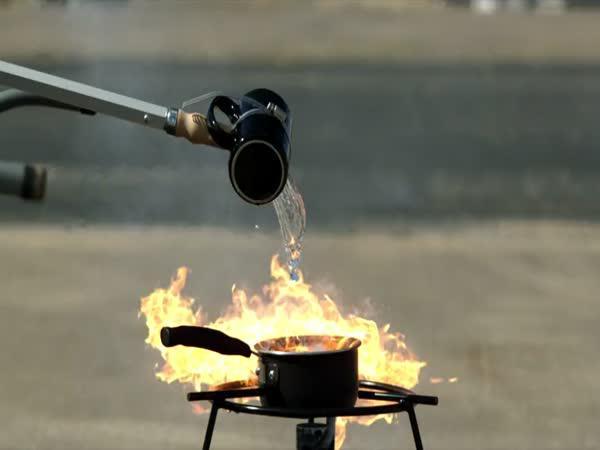 Slow motion - Hašení hořícího oleje