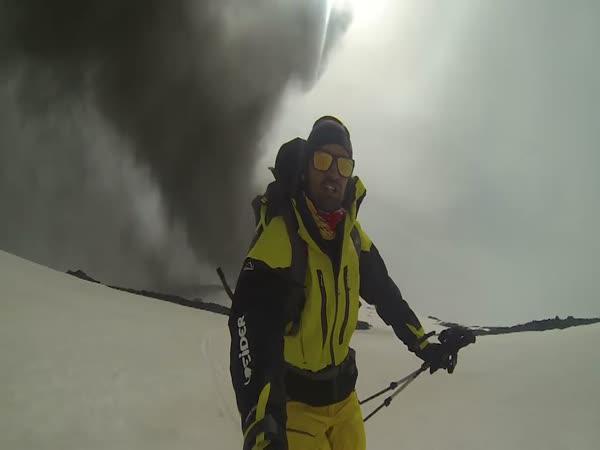 Erupce sopky na lyžařském svahu