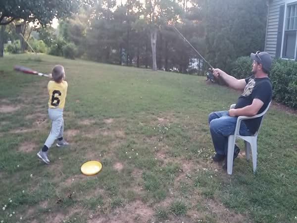 Malý baseballista trénuje s tátou