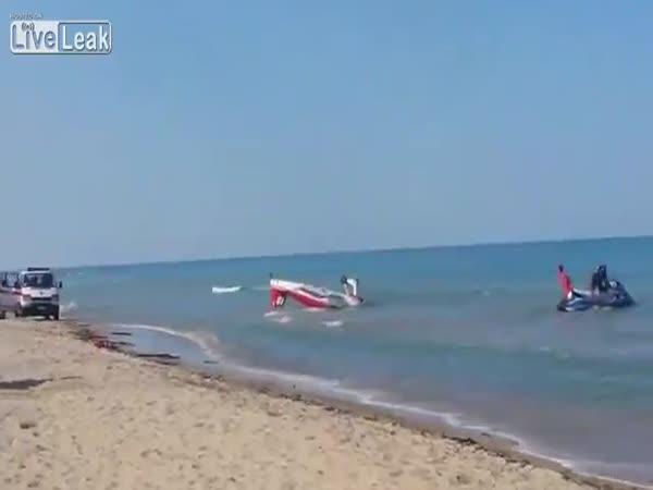 Nouzové přistání pilota na pláži