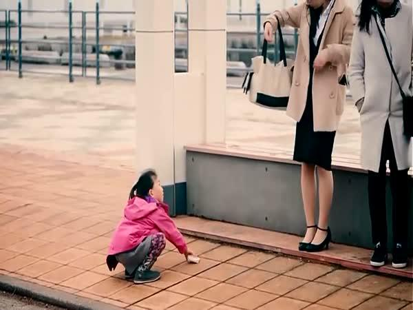 Když upustíte peněženku před dětmi