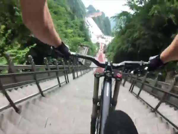 Jízda na kole - 999 schodů za 30 s