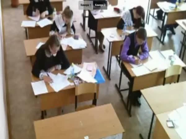 Studenti při testu - Učitel si odskočil