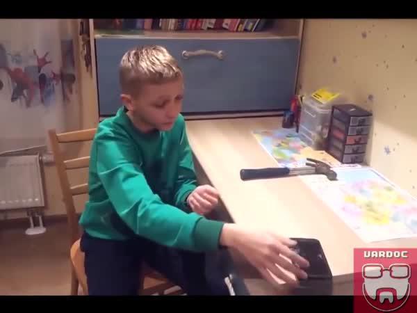 Rusko - dítě, kladivo a telefon