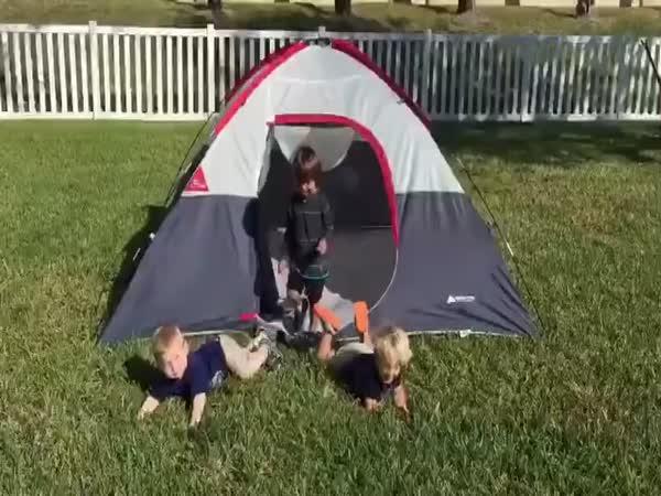 Šikovné děti lezou ze stanu