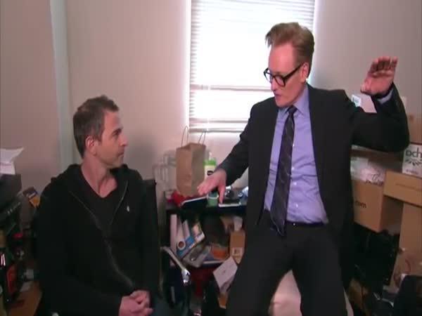 Conan prověřuje zaměstnance