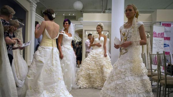 GALERIE - Svatební šaty z toaletního papíru