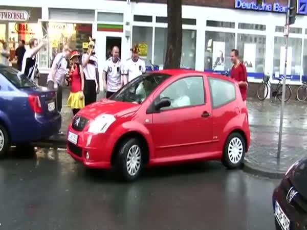 Parkující ženě fandí celá ulice