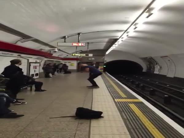 Nuda při čekání na metro