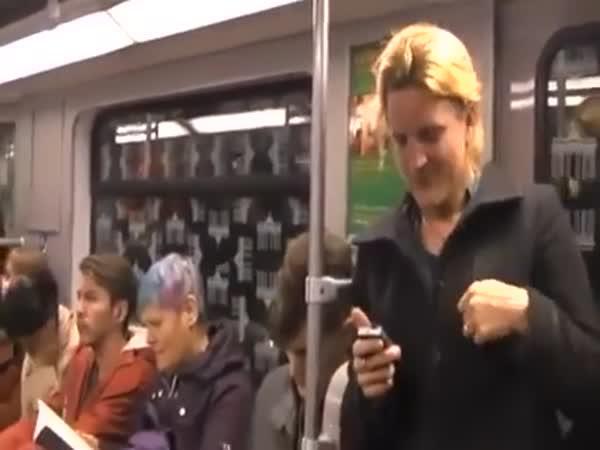 Záchvat smíchu v metru