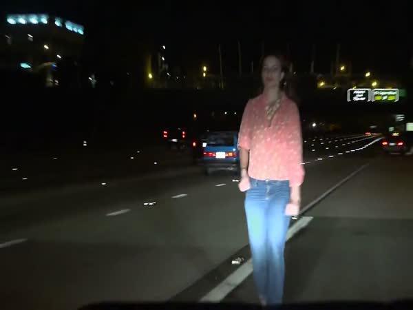 Opilá dívka uprostřed dálnice