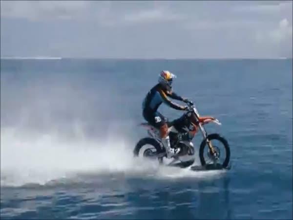 Surfování na motorce