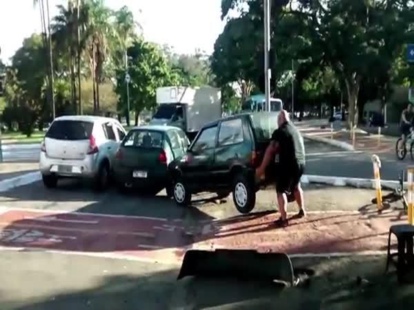 Muž odtáhl auto blokující cestu
