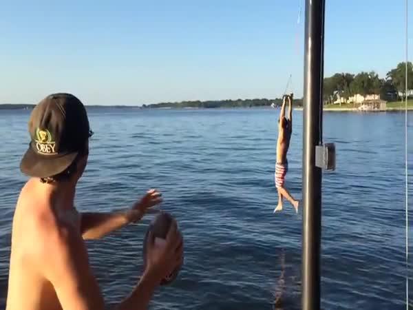 Vymakaný skok do jezera