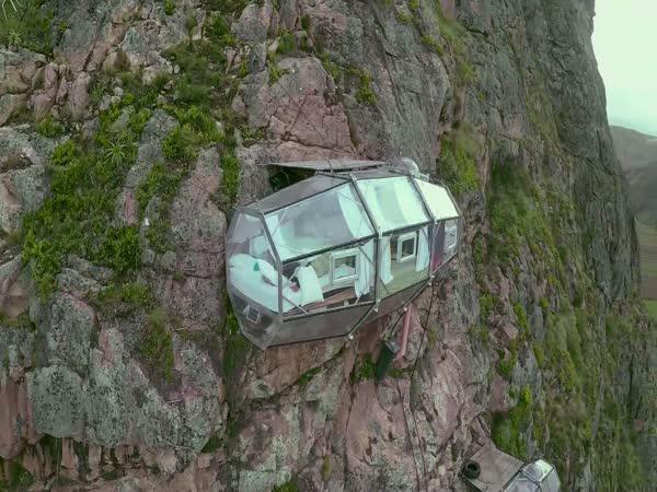 Visící hotel v Peruánských Andách