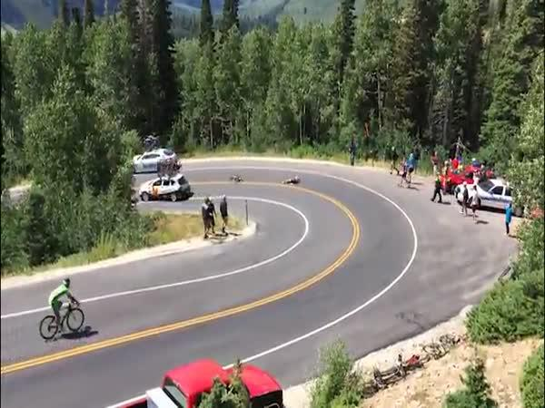 Náročná zatáčka pro cyklisty