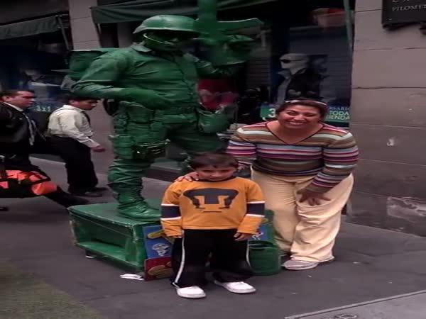 Pouliční show - Voják z Toy Story
