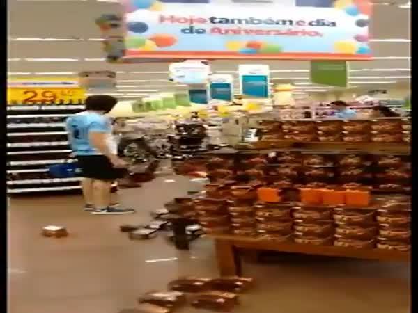 Šílená žena v supermarketu