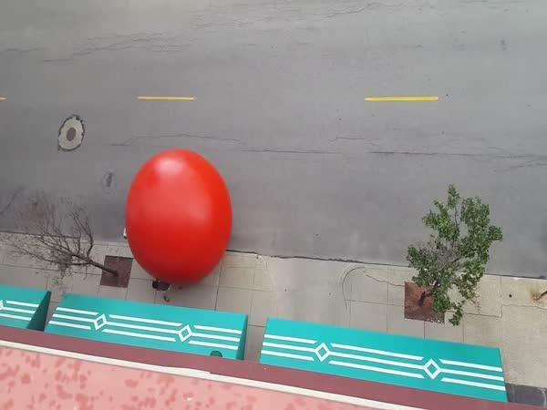 Obří červený míč na ulici