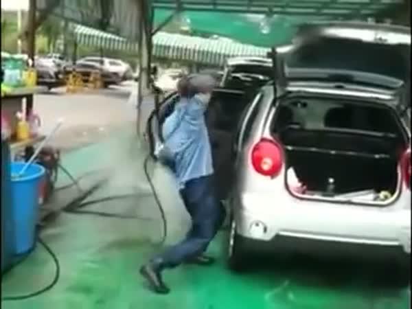 Borec - Mytí auta vapkou