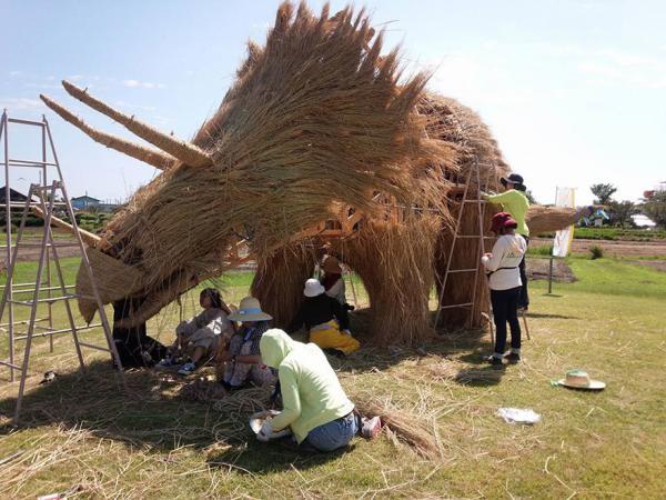 GALERIE - Dinosauři ze slámy