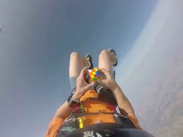 Řešení rubikovky při volném pádu