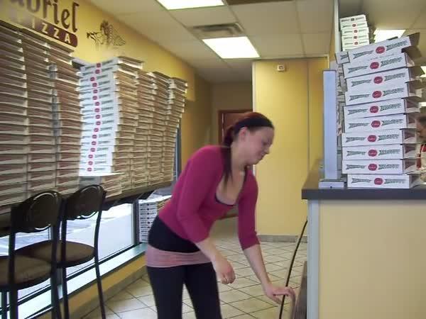 Neskutečná prodavačka v pizzerii