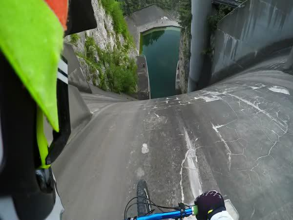 GoPro - Sjezd vodní přehrady na kole