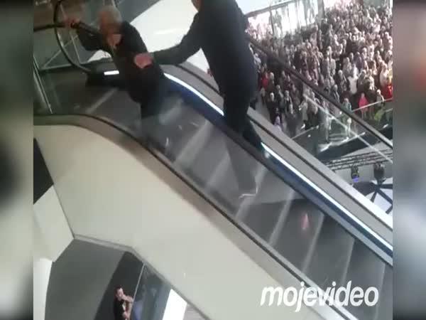 2 důchodci a eskalátor