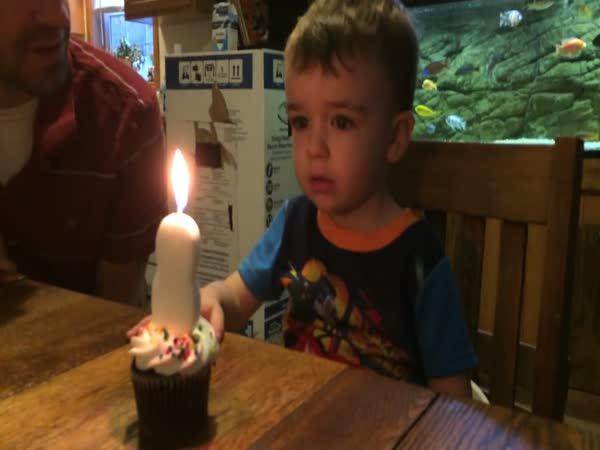 Jak naučit dítě sfouknout svíčku