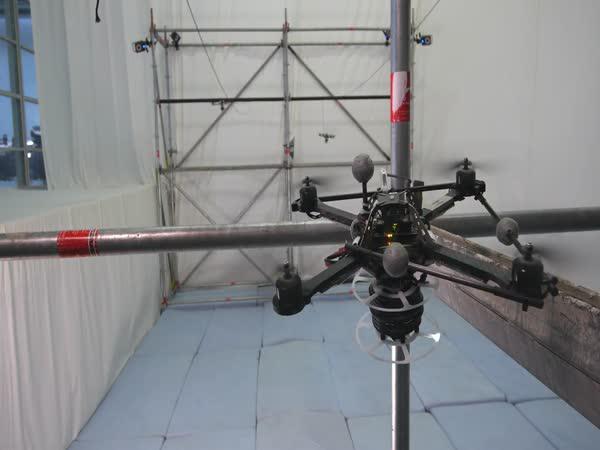 Drony staví provazový most
