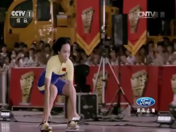 Číňanka podjela 18 aut na bruslích