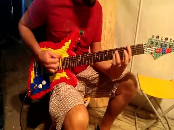 Kytara vyrobená z lega