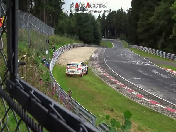 Porsche Cayman GT4 unikl nehodě