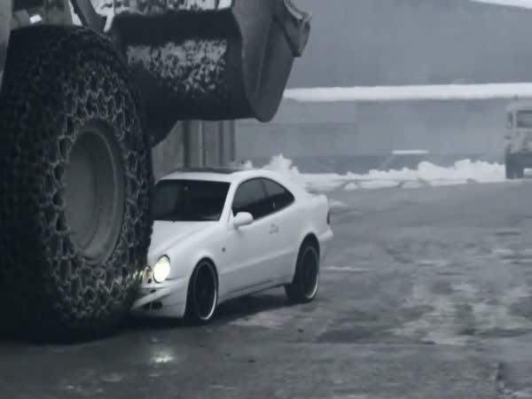 Naštvaný dělník a šéfovo auto