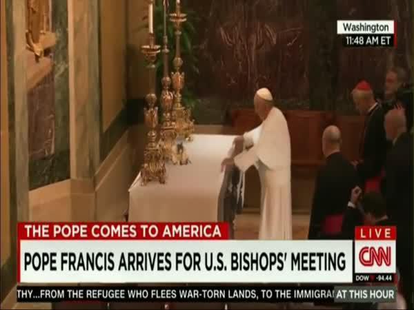 Papež a jeho trik v kostele