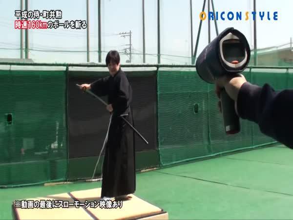 Samuraj přesekl letící míček napůl