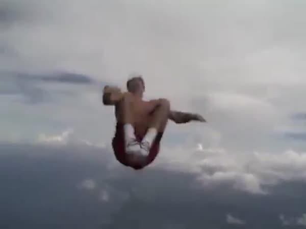 Skočil bez padáku!