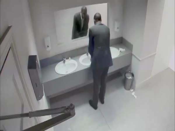 Drsná nachytávka na záchodech