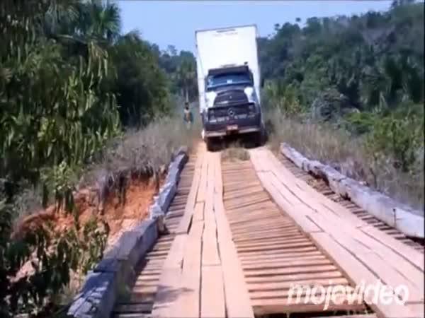 Kamion vzal s sebou i most