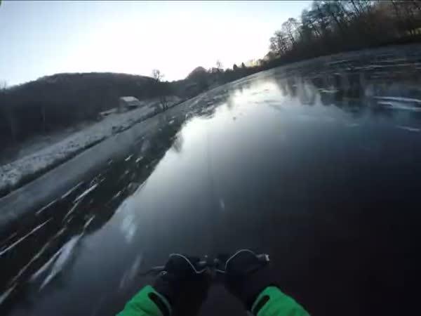 Takhle se kloužou na ledě v Rusku