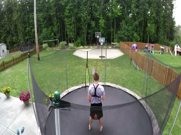 Neuvěřitelné triky s míčem na trampolíně
