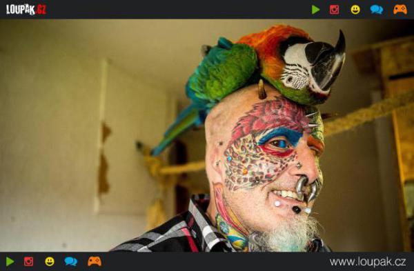 GALERIE - Muž chce vypadat jako papoušek