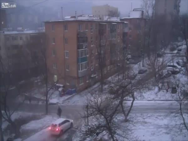 Jedna ruská zledovatělá silnice