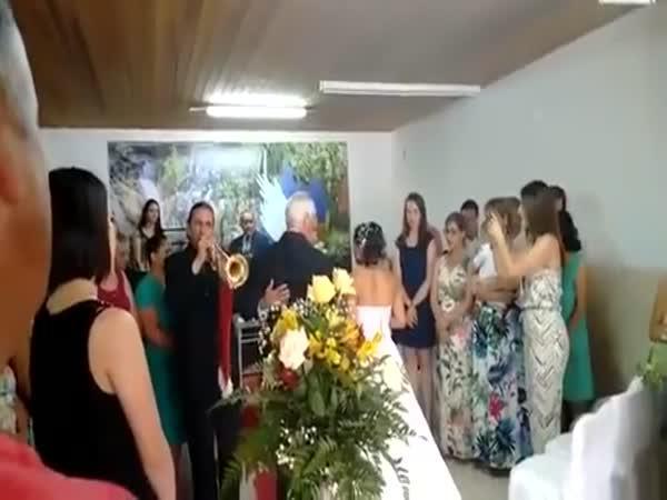 Trumpetista na svatbě pod vlivem