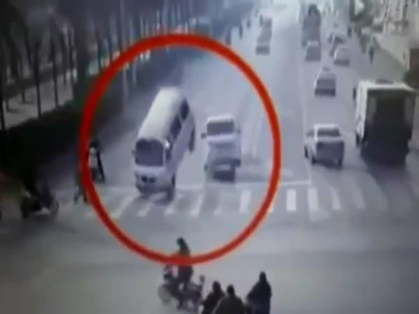 Čína - Létající auta na silnici