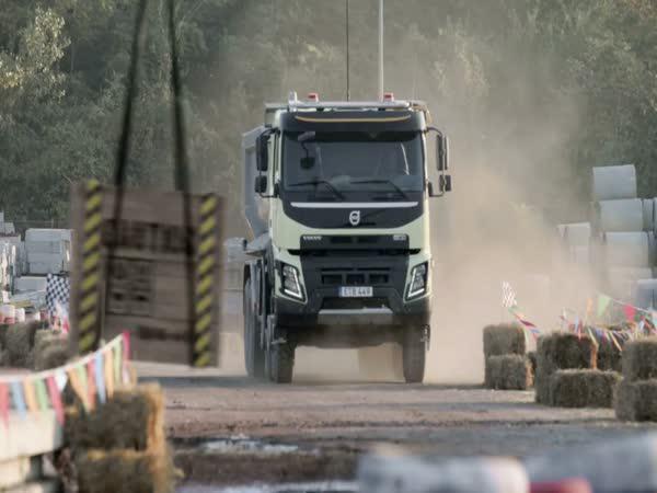 Holčička ovládá nezničitelné Volvo