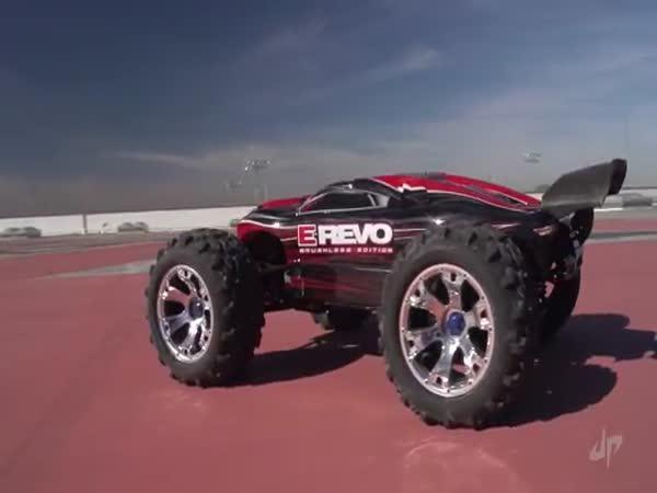 Neuvěřitelné triky s RC autíčky